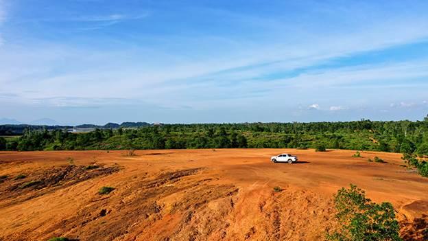 Bãi đất trống trên đỉnh đồi là nơi Ranger Wildtrak thử nghiệm khả năng bám đường với hàng loạt công nghệ hỗ trợ tiên tiến như: phanh ABS/ EBD, hệ thống cân bằng điện tử ESP, hỗ trợ khởi hành ngang dốc, hỗ trợ đổ đèo, kiểm soát chống lật xe, kiểm soát lực kéo DTC