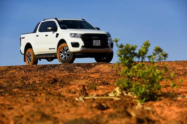 Sang bản mới, Ford bỏ máy 3.2 turbo đơn cũ, thay vào đó là loại 2.0 bi-turbo. Quan niệm về động cơ nhỏ trên xe tải không đủ sức kéo như máy lớn không còn chính xác. Kinh nghiệm làm động cơ xăng tăng áp EcoBoost giúp hãng xe Mỹ phát triển hoàn thiện cỗ máy mới cho động cơ diesel.