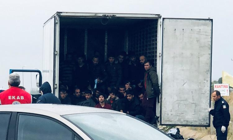 Những người di cư được cứu từ xe đông lạnh ở Hy Lạp hôm 4/11. Ảnh: Reuters.