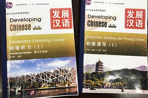 Hai cuốn giáo trình bị thu hồi. Ảnh: Dương Tâm