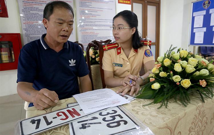 Người dân làm thủ tục đăng ký biển số ở Cục CSGT-Bộ Công an. Ảnh. Bá Đô.