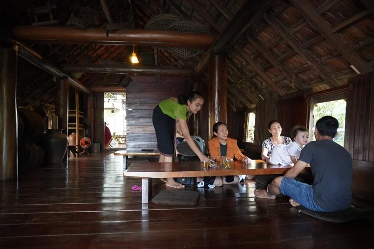 Trong nhà trưng bày nhiều vật dụng sinh hoạt của người đồng bào, tạo không khí thoải mái cho khách.Ảnh: Đức Hóa.