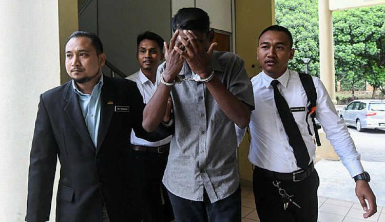 K. Ganesh dùng tay che mặt tại tòa án Selayang, bang Selangor, Malaysia hôm 5/11. Ảnh: Bernama.
