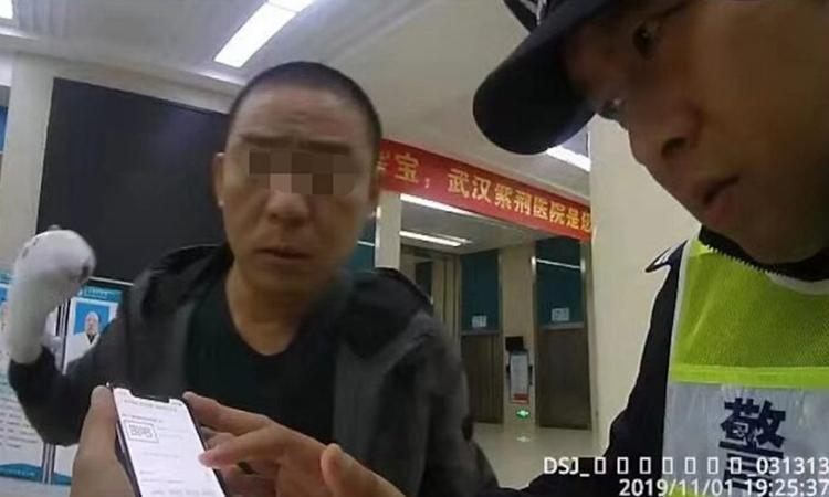 Xu (trái) và cảnh sát cùng lần theo dấu vết chiếc taxi mà anh bỏ quên ngón tay ở thành phố Vũ Hán, tỉnh Hồ Bắc hôm 1/11. Ảnh: Shanghaiist.