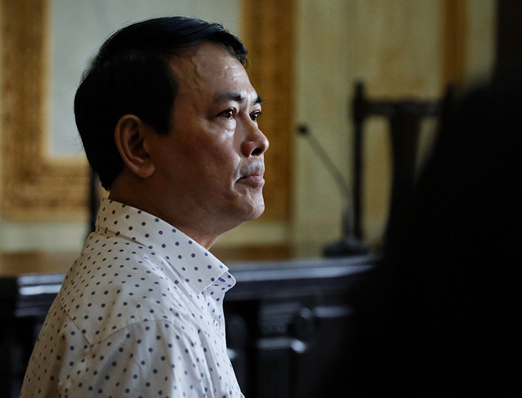 Nguyễn Hữu Linh nghe tuyên án sáng nay. Ảnh: Hữu Khoa.
