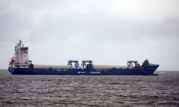 Tàu vận chuyển turbine chở theo 21 người di cư Albania tới bờ biển thị trấn Great Yarmouth, hạt Norfolk, Anh hôm 24/9. Ảnh: BBC.