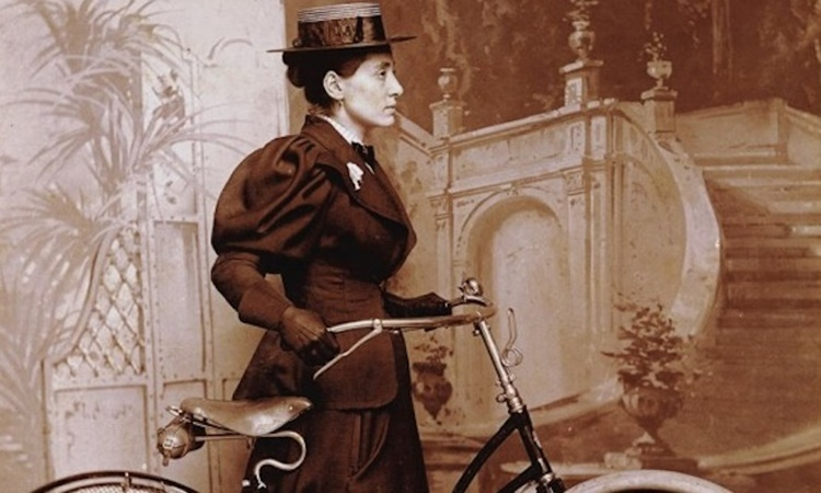Annie bên chiếc xe đạp của mình. Ảnh: totalwomenscycling.com