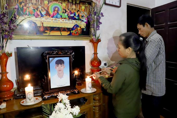 Tối 7/11 bố mẹ nạn nhân Nguyễn Đình Lượng ở Can Lộc, Hà Tĩnh liên tục thắp hương trước di ảnh con trai. Ảnh: Đức Hùng