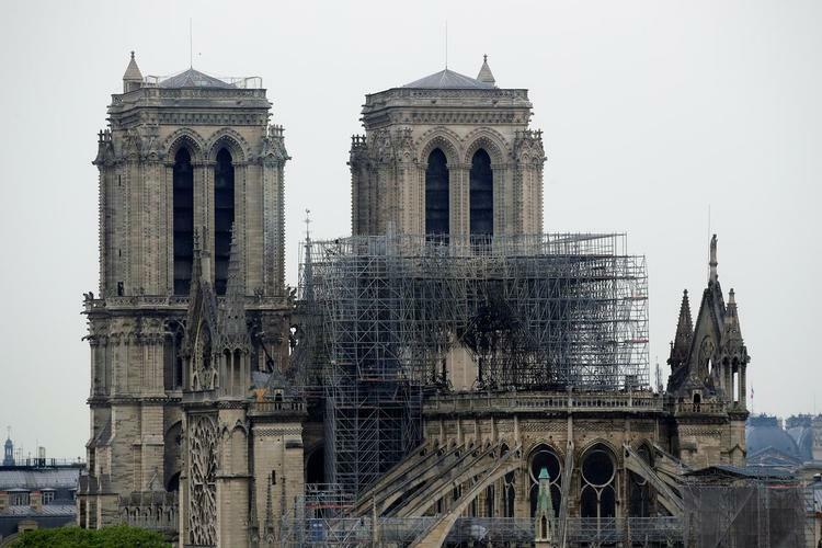 Nhiều phần nhà thờ Đức Bà Paris, Pháp bị hủy hoại sau vụ cháyngày 15/4. Ảnh: Reuters.