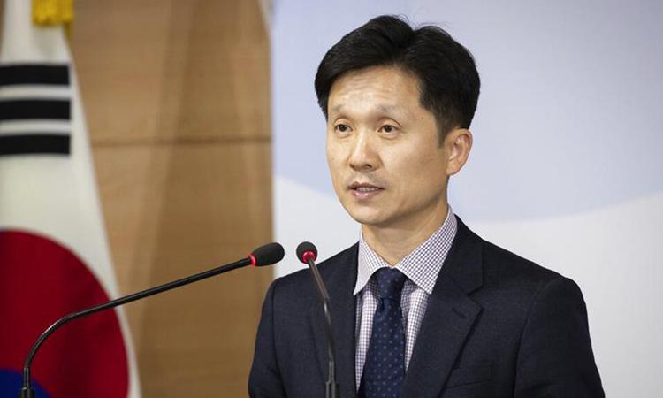 Phát ngôn viên Bộ Thống nhất Hàn Quốc Lee Sang-min trả lời phóng viên trong cuộc họp báo ở Seoul hôm nay. Ảnh: AP.