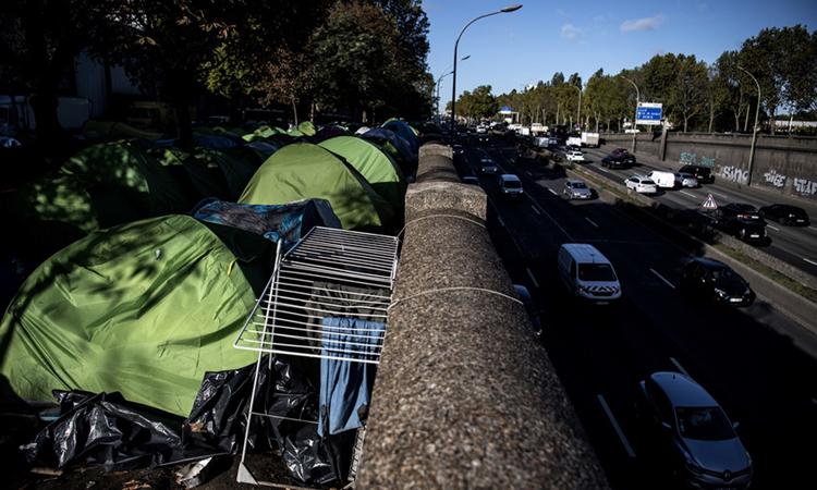 Trại di cư ở khu vực Porte de la Chapelle, phía bắc Paris bị cảnh sát giải tán hôm nay. Ảnh: RTL.