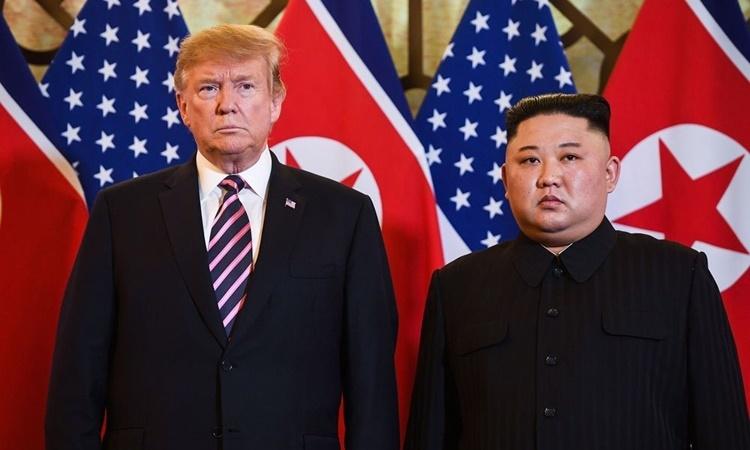 Tổng thống Mỹ Donald Trump (trái) và lãnh đạo Triều Tiên Kim Jong-un tại hội nghị thượng đỉnh ở Hà Nội hồi tháng hai. Ảnh: AFP.