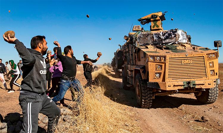 Người Kurd ném đá thiết giáp Thổ Nhĩ Kỳ - ảnh 1