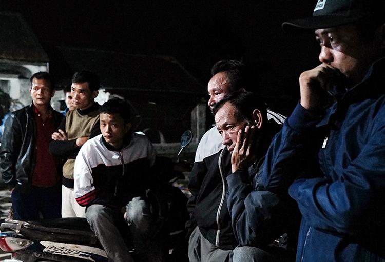 Hàng xóm và người thân ngóng chờ tin tức của anh Nguyễn Thọ Tuân (Yên Thành, Nghệ An) tối 7/11. Ảnh: Ngọc Thành.