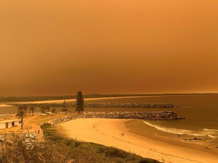 Bầu trời Australia chuyển màu vì cháy rừng