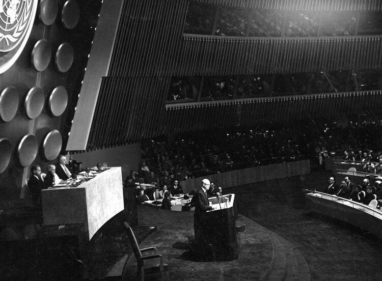 Tổng thống Mỹ Dwight D. Eisenhower phát biểu về chương trình Nguyên tử vì Hòa bình tại Đại Hội đồng Liên Hợp Quốc năm 1953. Ảnh: NPR.