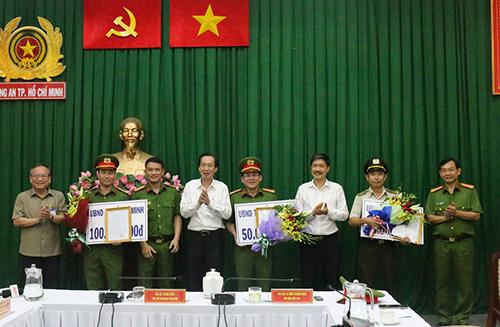 Lãnh đạo UBND TP HCM khen thưởng các lực lượng. Ảnh: Công an cung cấp.