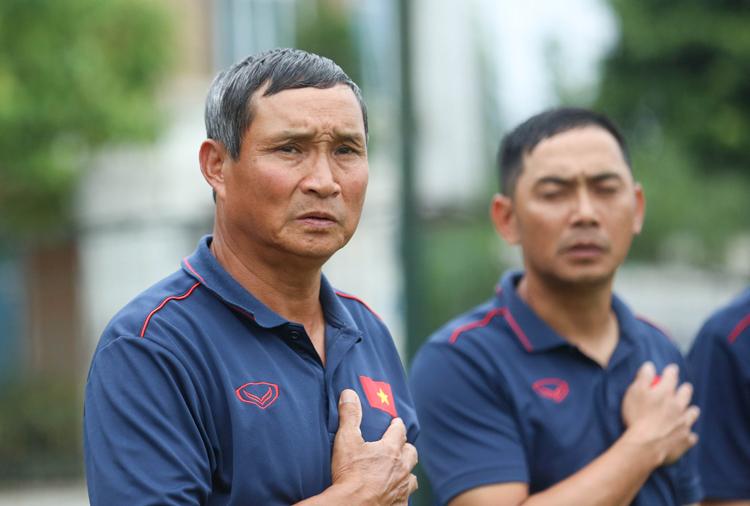 HLV Mai Đức Chung có duyên với bóng đá nữ, từng đưa đội ba lần giành HC Vàng SEA Games. Ảnh: Minh Dân