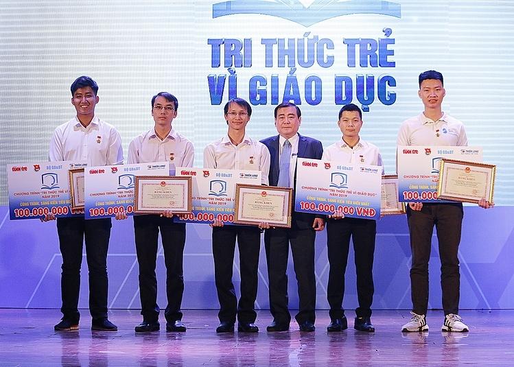 5 tác giảđại diện cho 5 công trình, sáng kiếnđạt giải thưởng 100 triệuđồng của chương trình Tri thức trẻ vì giáo dục 2019.Ảnh: Thanh Hằng