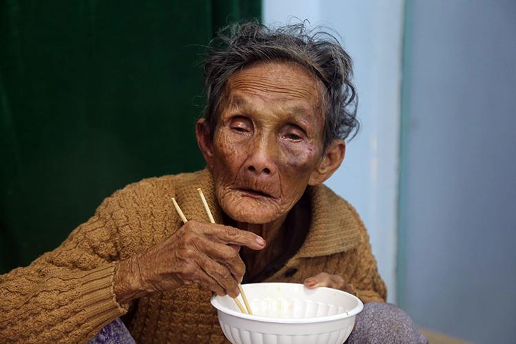 Bà Nguyễn Thị Nha, 88 tuổi, được sơ tán đến nhà văn hoá thôn Phước Đồng, Nha Trang. Ảnh: Xuân Ngọc.