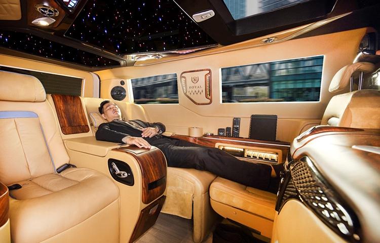 Khoang ghế ngồi trên xe được tuỳ biến thành giường ngủ.