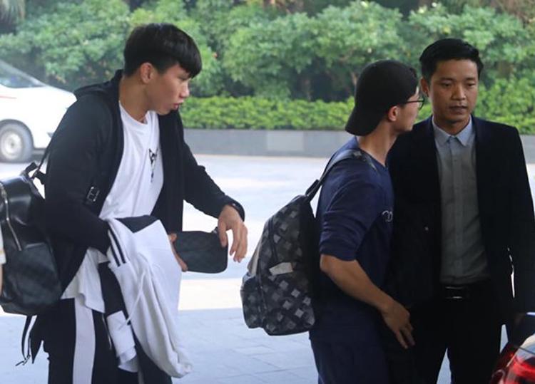 Đoàn Văn Hậu và Nguyễn Công Phượng có mặt taiju khách sạn Crown lúc 8h45 ngày 11/11. Ảnh: Thanh Xuân