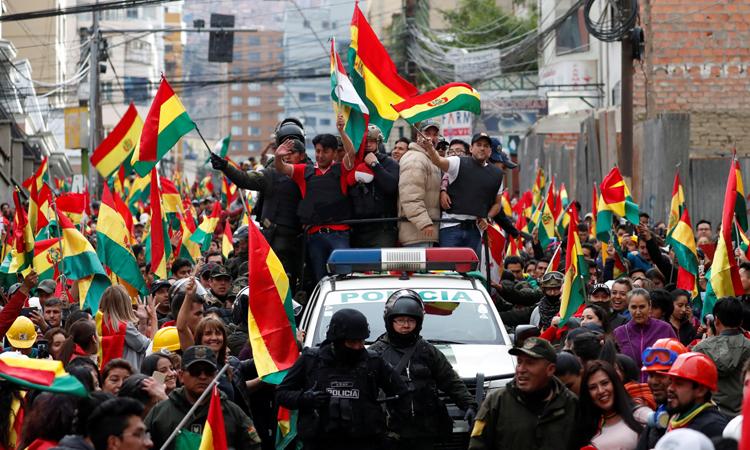 Người dân ở thủ đô La Paz của Bolivia xuống đường ăn mừng sau khi tổng thống Morales tuyên bố từ chức hôm 10/11. Ảnh: Reuters.