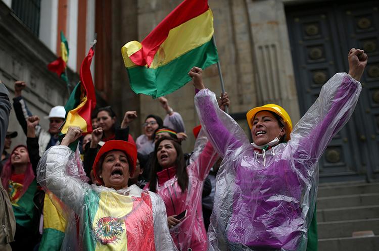 Người dân ăn mừng Tổng thống Morales từ chức trên đường phố La Paz hôm 10/11. Ảnh: Reuters