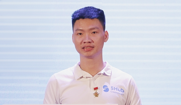 Nguyen Dang An, representative of the group, received the 100 million award of the Young Knowledge for Education Program 2019. Photo: Thanh Hang