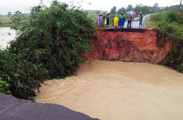 Đoạn đường liên thôn xã Cư Bông, huyện Ea Kar bị nước cuốn trôi. Ảnh: Ngọc Oanh.