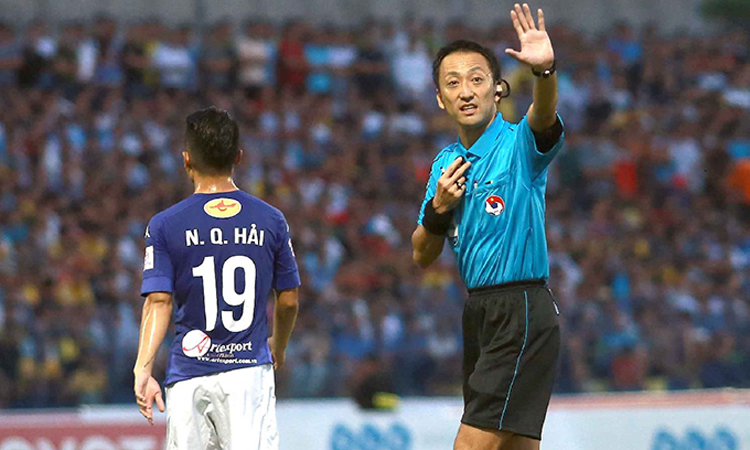 Trọng Iida điều khiển trận Hà Nội - Thanh Hóa ở V-League 2017. Ảnh: VPF.