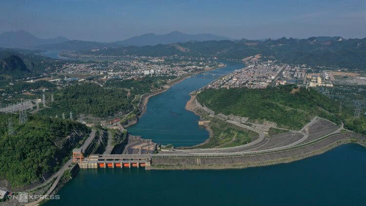 Đập thủy điện Hòa Bình cao 128 m, xây dựng trong 9 năm (1981 - 1990). Nền đập được xử lý bằng màn chống thấm. Ảnh: Ngọc Thành.