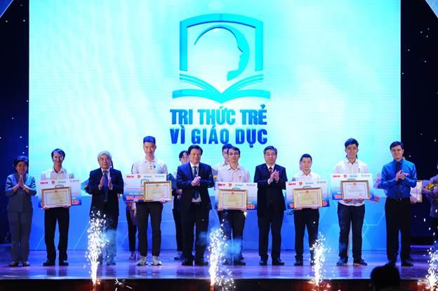 5 tác giả đại diện nhận giải thưởng xuất sắc của chương trình Tri thức trẻ vì giáo dục năm 2019.