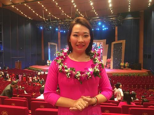 Cô Vũ Bích Phương, giáo viên trường THCS Dịch Vọng tại Lễ trao giải.