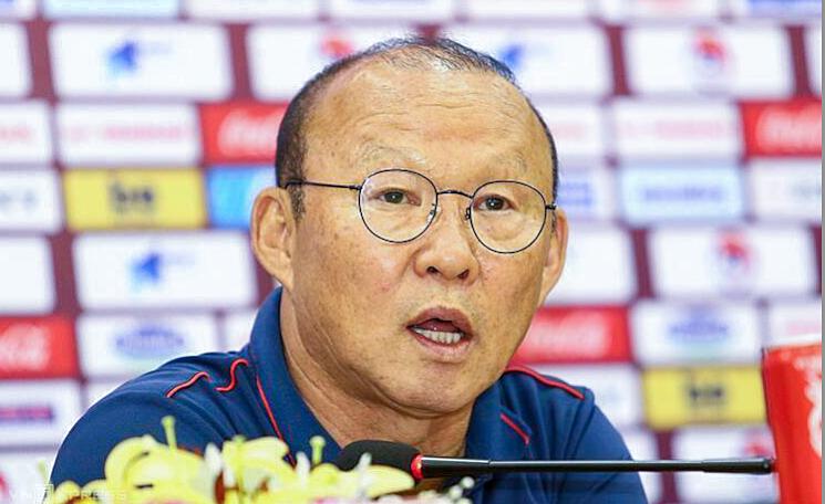 HLV Park Hang-seo trả lời phỏng vấn ở cuộc họp báo sáng 13/11 tại trụ sở Liên đoàn bóng đá Việt Nam. Ảnh: Lâm Thỏa.