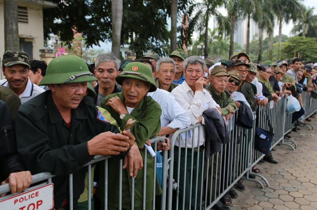 Thương binh xếp hàng mua vé trước cổng Liên đoàn bóng đá Việt Nam trên đường Lê Quang Đạo chiều 13/11. Ảnh: Tất Định. Ảnh