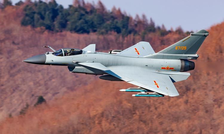 Tiêm kích J-10B Trung Quốc huấn luyện bay thấp hồi năm 2018. Ảnh: PLAAF.