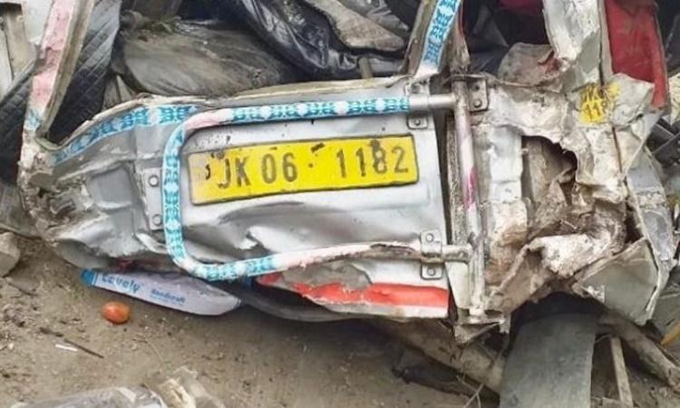 Chiếc xe khách biến dạng tại hiện trường vụ tai nạn. Ảnh: DrJitendraSingh/Twitter.
