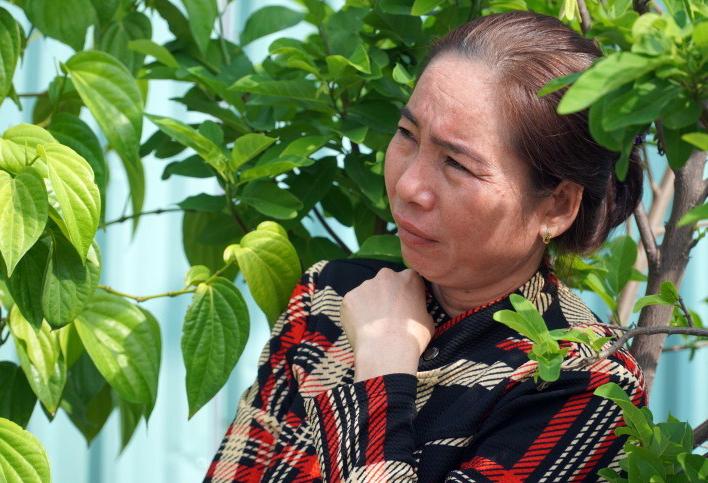 Bà Nguyễn Thị Vân, chủ căn nhà bị xe lao vào. Ảnh: Việt Quốc.