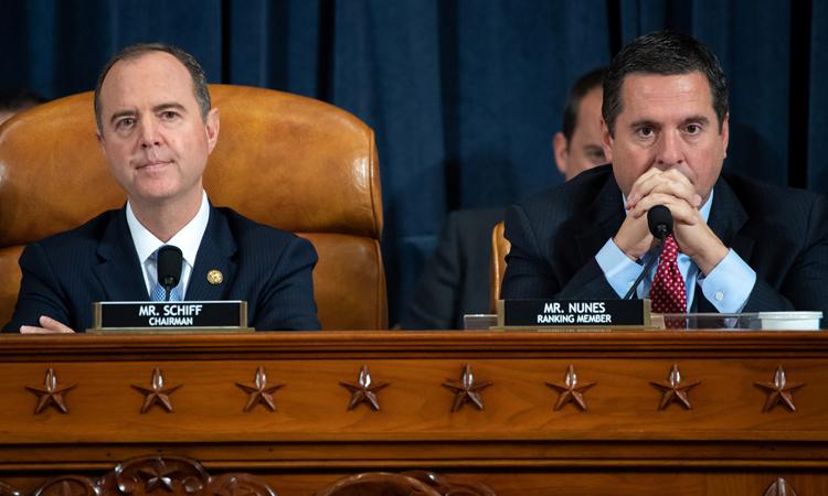 Chủ tịch Ủy ban Tình báo Hạ viện Mỹ Adam Schiff (trái) và hạ nghị sĩ Cộng hòa Devin Nunes trong phiên điều trần tại Tòa nhà Quốc hội Mỹ ở Washington hôm 13/11. Ảnh: Reuters.