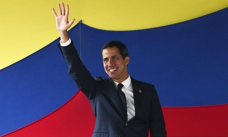 Thủ lĩnh đối lập Venezuela Guaido vẫy chào người ủng hộ ở Caracas hồi tháng 7. Ảnh: AFP.