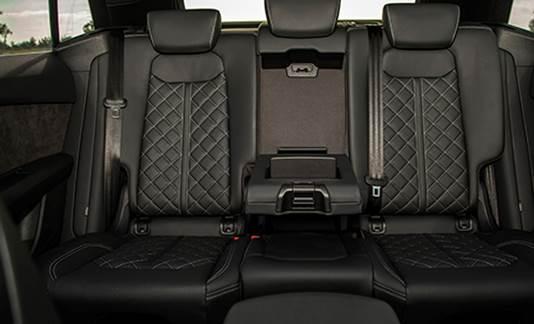 Hàng ghế sau trên Audi Q8.