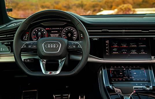 Khoang lái trên Audi Q8.