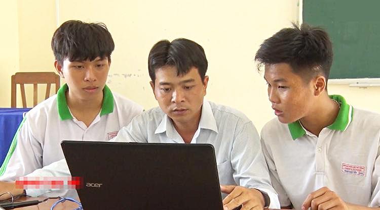 Mai Trí Công (trái) cùng thầy Huỳnh Sinh Lel và Khưu Dịch Tiến cùng nghiên cứu, hoàn thiện sản phẩm máy ấp trứng cua đinh. Ảnh: Truyền hình Hậu Giang