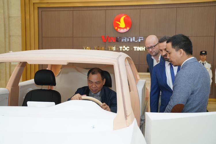 Ông Phạm Nhật Vượng ngồi sau vô-lăng của một trong hai mẫu xe mới. Ảnh: VinFast