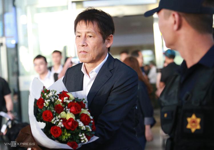 HLV Akira Nishino tại sân bay Nội Bài chiều 16/11. Ảnh: Lâm Thoả