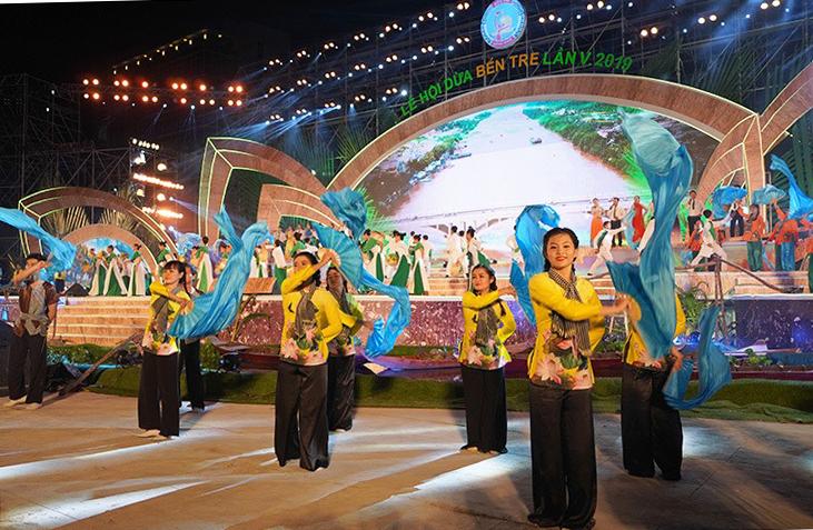 Hàng chục nghìn người dự lễ hội dừa - ảnh 1