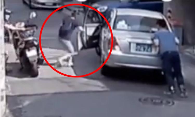 Nữ tài xế lùi xe thẳng vào tường khi giúp đỡ người khác -