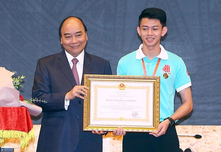 Trương Thế Diệu nhận Huân chương Laođộng hạng Nhì do Thủ tướng Nguyễn Xuân Phúc trao tặng.Ảnh: Tổng cục Giáo dục nghề nghiệp.