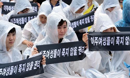 Các nhà hoạt động biểu tình phản đối nạn bạo hành cô dâu ngoại quốc tại Seoul hồi năm ngoái. Ảnh: Korea Times